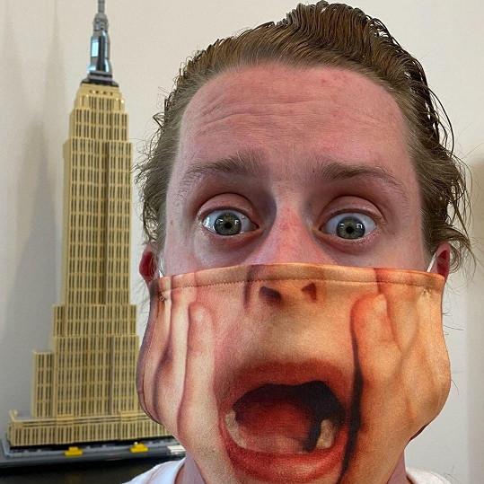 Macaulay Culkin pobavil sledující fotkou v roušce.