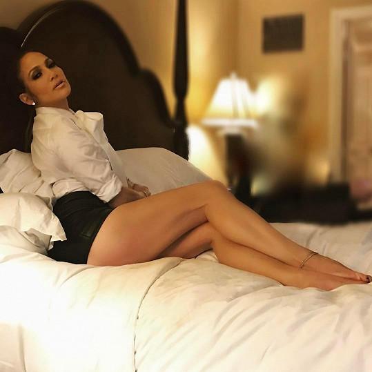Jennifer Lopez v posteli