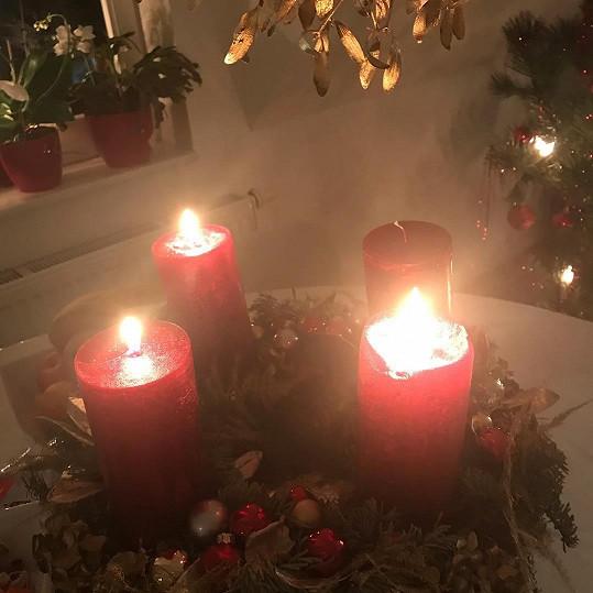 Zpěvačka také poctivě zapaluje svíčky na adventním věnci.