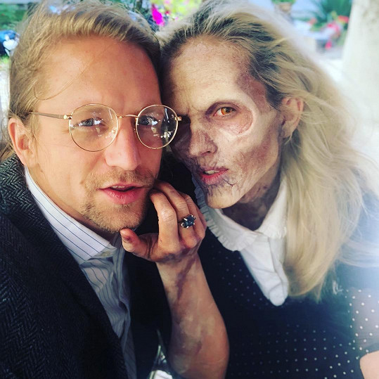 Tomáš Klus se své manželky v masce ani trochu nebál.