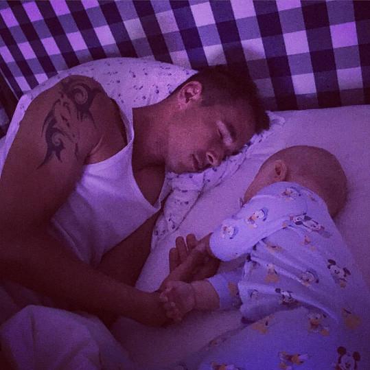 Další postelový snímek, tentokrát André se svým tátou Lukášem Rosolem