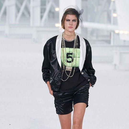 Modelka patří mezi oblíbenkyně francouzského módního domu. Přehlídku Chanel šla už po sedmnácté.
