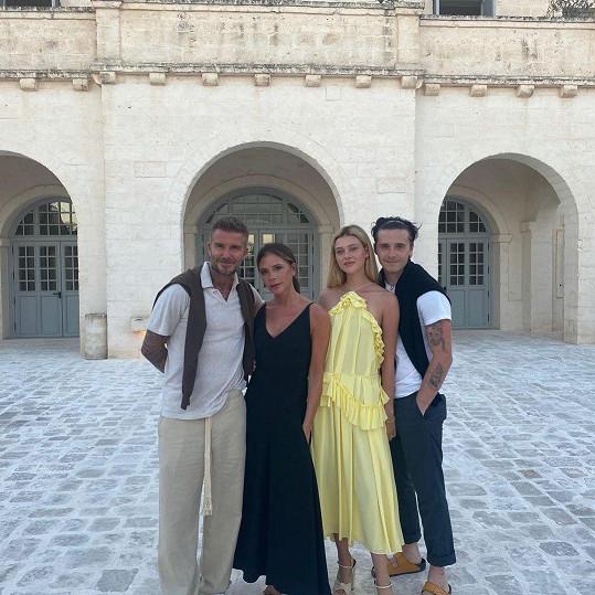 Do rodiny Beckhamů byla Nicola přijatá ihned a slova lásky a podpory jí David a Victoria posílají i skrze sociální sítě. Do rodiny tak patří plnohodnotě už před svatbou.