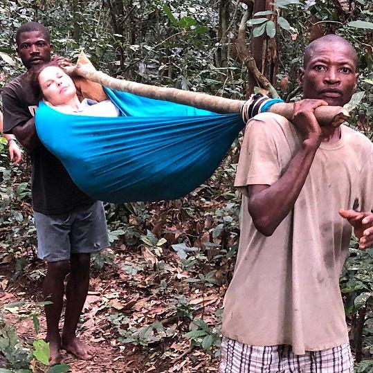 Ashley Judd si zranila nohu při pádu v pralese.