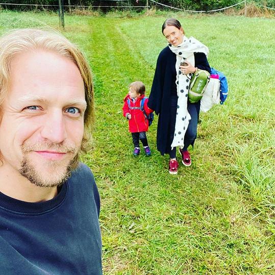 Letos poprvé mají všechny děti ve školním zařízení i manželé Klusovi. Do školky šla dnes poprvé nejmladší Jenovéfa.