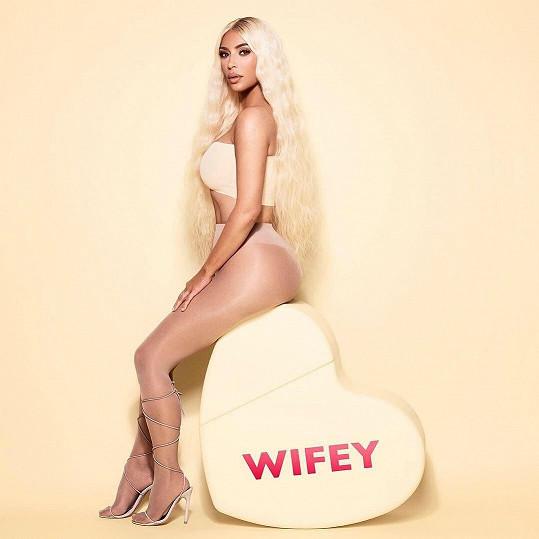 Takhle Kim promuje novou řadu parfémů.