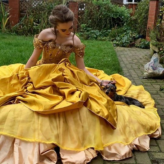V době karantény začala Rosie Somerville šít disneyovské kostýmy. Například šaty z filmu Kráska a zvíře.