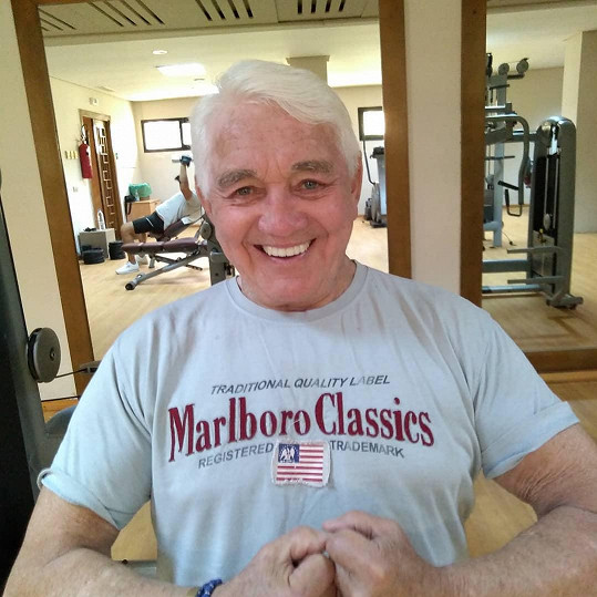 Přestože má od dětství problémy s dýcháním, cvičení se herec nikdy nevzdal, ani po osmdesátce.