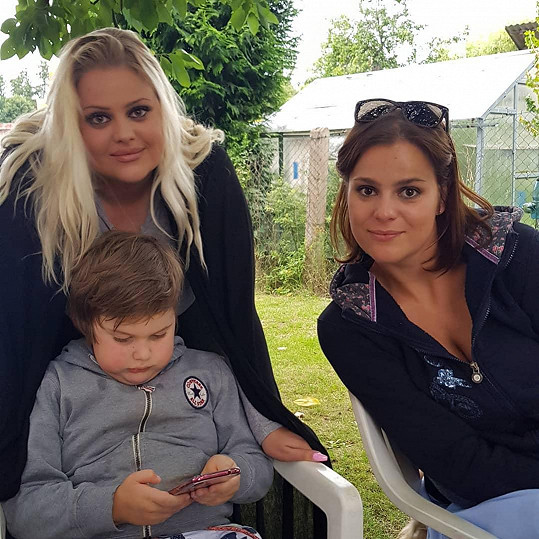 Ornella Koktová se sestrou (vlevo) a synem Quentinem
