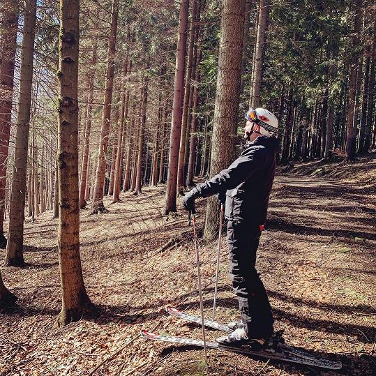 Před úrazem se ještě na sociálních sítích chlubil nebezpečnou jízdou lesem.