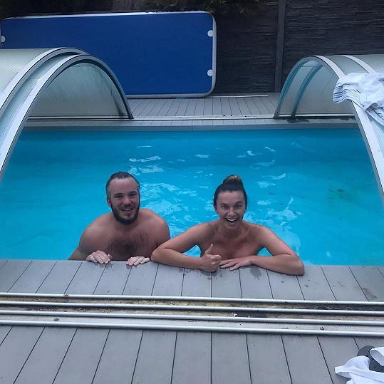 Alice s partnerem Michalem se otužují v bazénu.