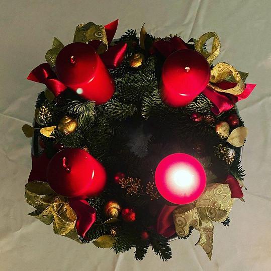 Červená a zlatá jsou pro Vánoce typické a letos nechybí ani na jejím věnci.