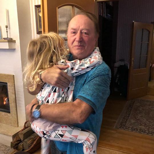 Není divu, že je vnučka Petra Jandy hudebně nadaná.