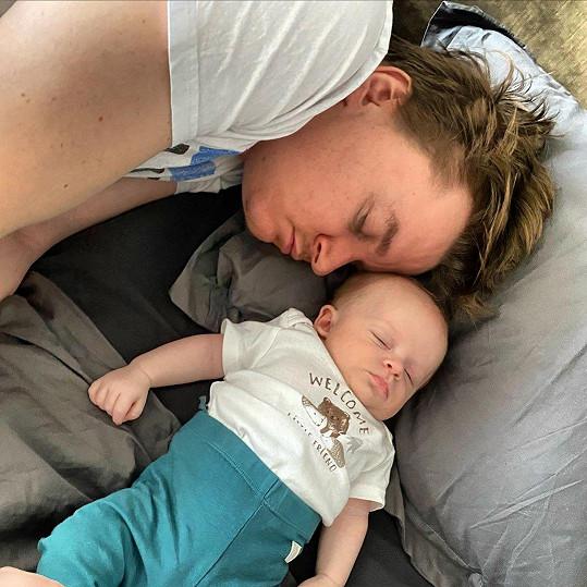 Petr Kolečko se spícím synem.