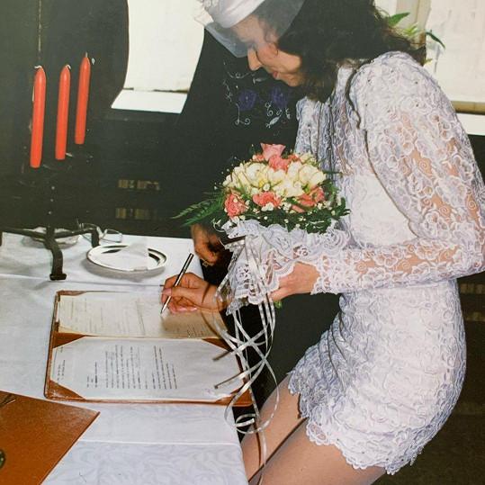 Na svůj velký den oblékla krajkové mini šaty.