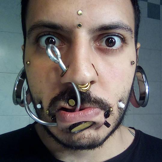 Michele Mancini začal s piercingem v 15 letech. Dnes má v těle přes 70 ozdob.