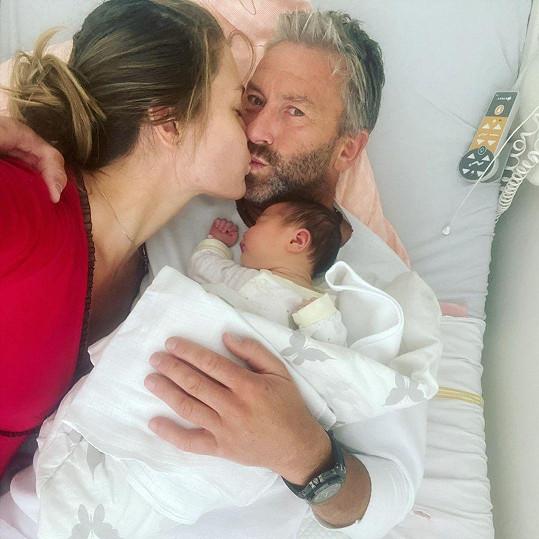 Koncem července se jim narodila dcera Naomi.