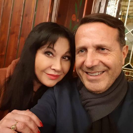 Dáda Patrasová a její přítel Vito, který přiletí přes léto i do Prahy.