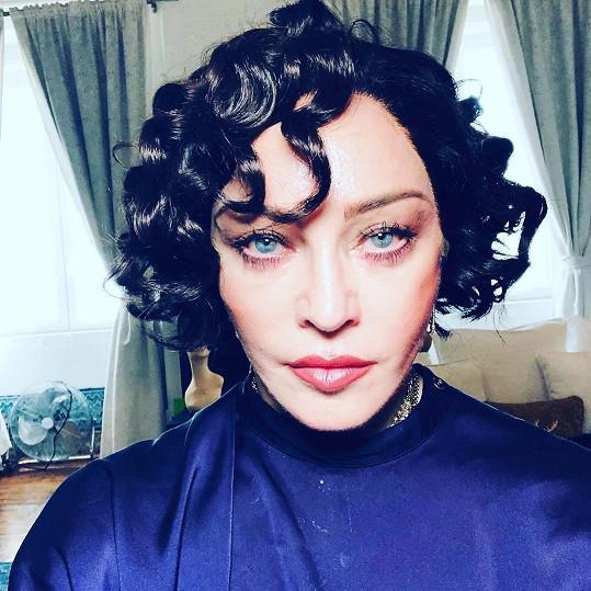 Madonna se předvedla s černými loknami.