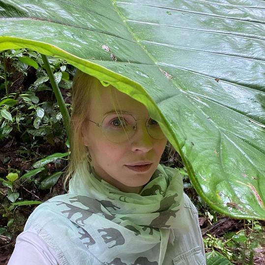 Na dovolené u rovníku není nouze o srážky. Po roce se herečka opět fotí pod přírodním deštníkem.