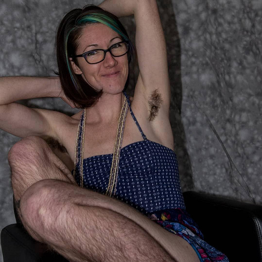 Dvaatřicetiletá máma tří dětí se po letech přestala holit a přijala své tělo.