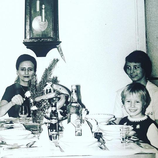 Malá Daniela Šinkorová se starší sestrou Jankou a maminkou.