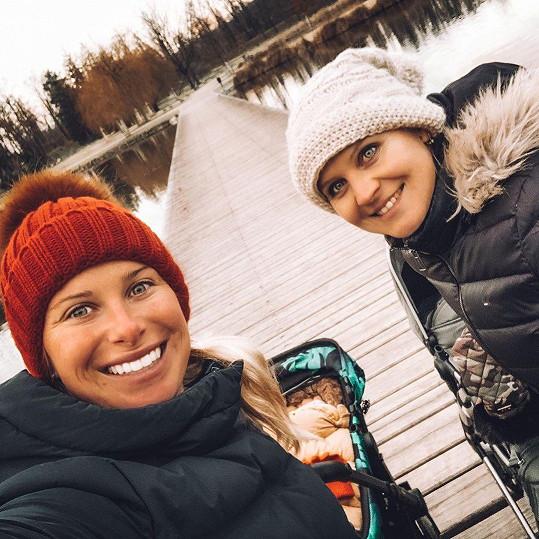 Andrea Sestini Hlaváčková a Lucie Šafářová si spolu vyšly na procházku s kočárky.