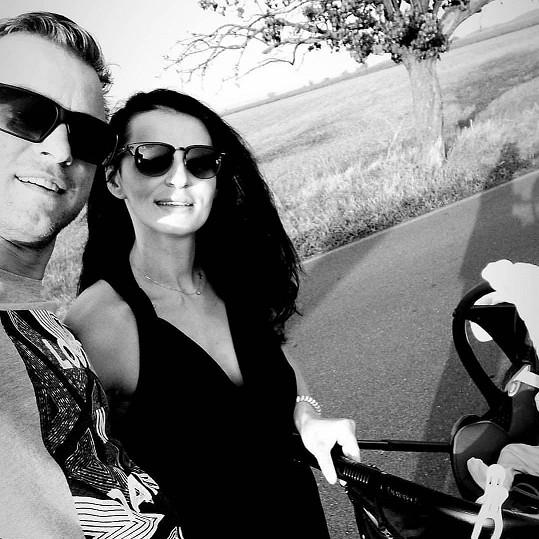 Markéta s manželem a malým Teodorem na procházce