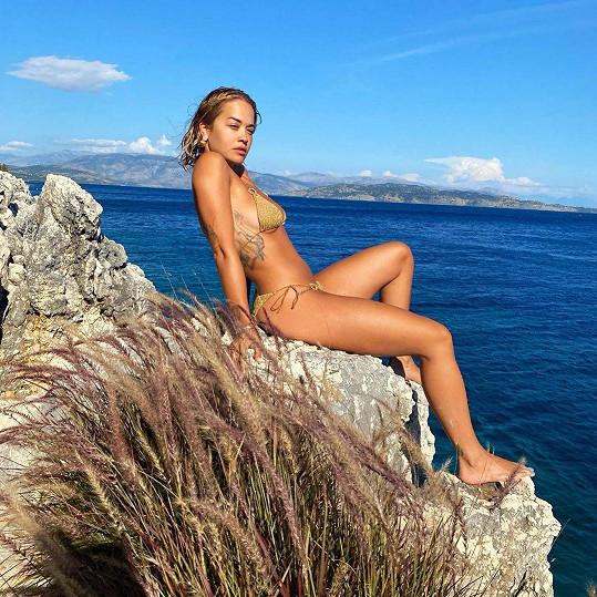 V něm se vyfotila i v Řecku.