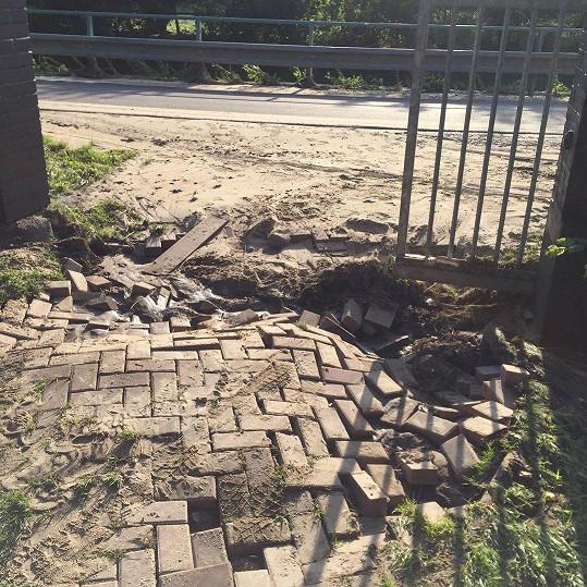 Voda zničila příjezdovou cestu.