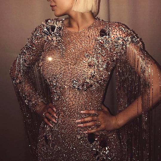 Ano, šaty měla Kylie opravdu nápadité, jenže focení selfie je na akcích typu Met Gala zakázáno.