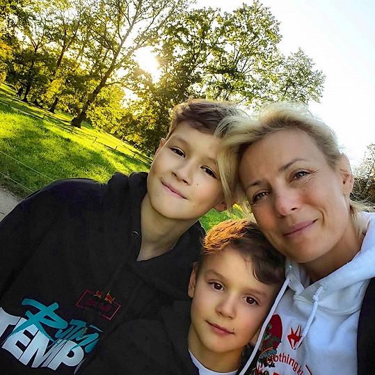 Se starším synem Samuelem (14) a mladším Maxem (11).