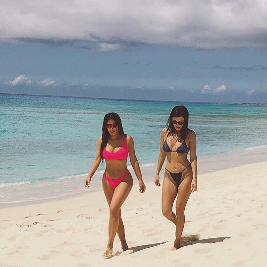 Kim (vlevo) a Kourtney šly do plavek.