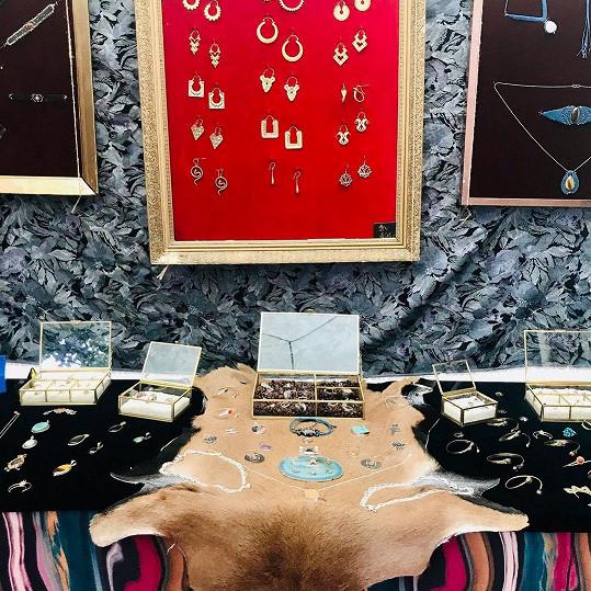 V současné době společně prodávají ručně vyráběné šperky, doplňky a recyklované oblečení.