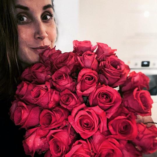 Jana Bernášková se chlubila kyticí růží... Pak zjistila, že nejsou pro ni.