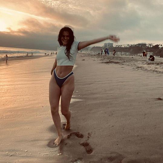 Což chtěla ukázat těmito rozjařenými snímky na pláži.