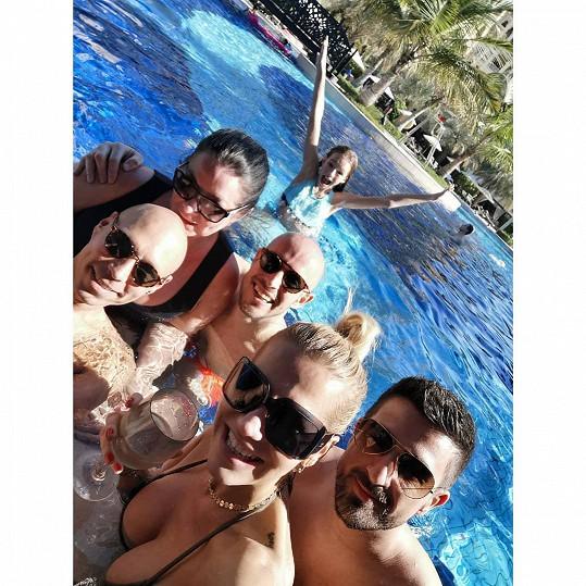 Dara s dcerou a přáteli v lednu na Bali, teď se dlouho nikam nepodívají.