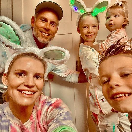 S manželem Ericem Johnsonem a všemi dětmi