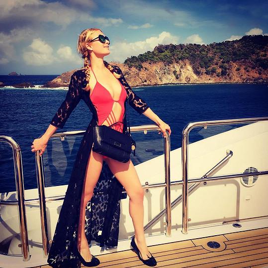 Hilton si užívá se sestrou v Karibiku.