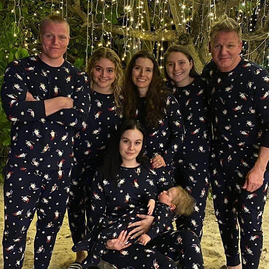 Gordon Ramsay má krásnou rodinu. Na snímku s manželkou Tanou (uprostřed), dcerami Megan (vlevo), Holly (dole) a Matildou a syny Jackem a nejmladším Oscarem (v náručí Holly).