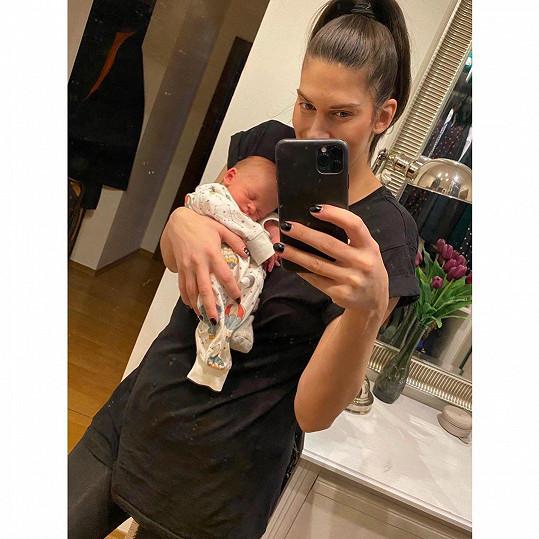 Aneta Vignerová si naplno užívá mateřství.