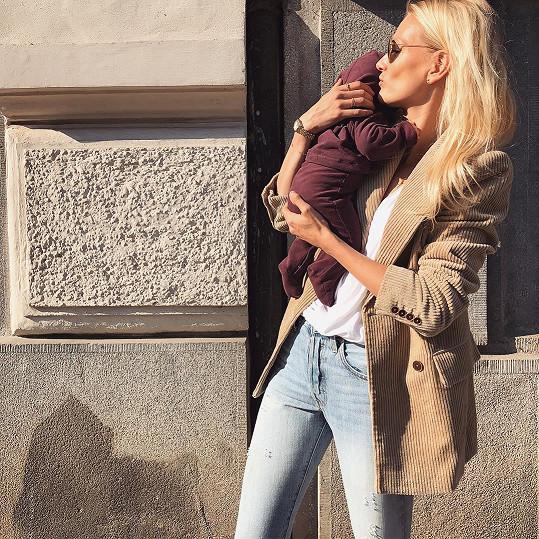 Zuzana Stráská se svým drobečkem