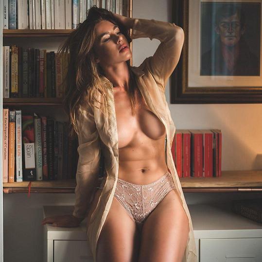 Eliza Rose Watson. Někdejší učitelka se dnes živí sexy focením a komunikací a fanoušky.