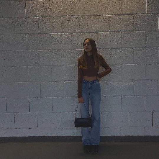 Charlotte uvítala své fanoušky na Instagramu snímky v džínách a krátkém topu.