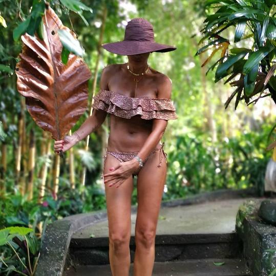 Dovolenou na Bali si užívá plnými doušky.