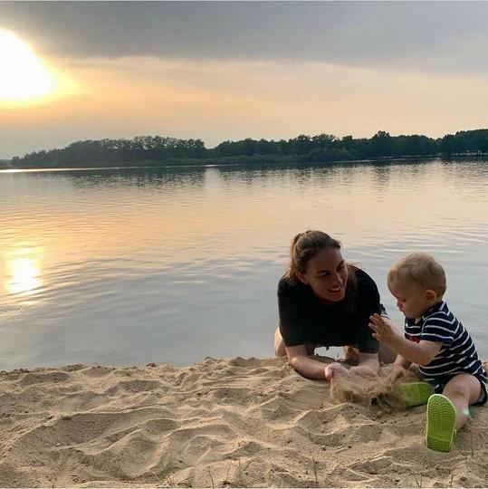 Se synem Roníkem si užívají léto v Česku.