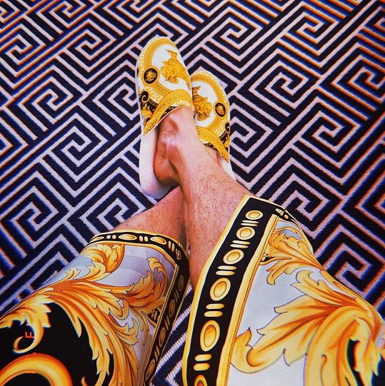 Vyfotil se v luxusním župánku a pantoflích téže značky.