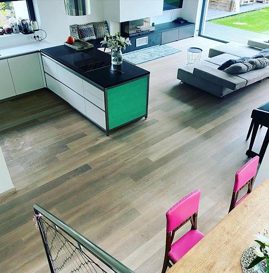Kuchyně s obývákem působí prostorně a vzdušně.