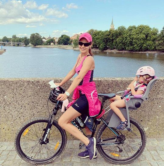 S dcerou Verunkou vyjíždí často na kolo. Čtyřletá holčička se nechává vozit.