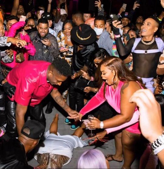 Tento snímek z narozeninové oslavy sledující rapperky Cardi B hodně pobouřil.
